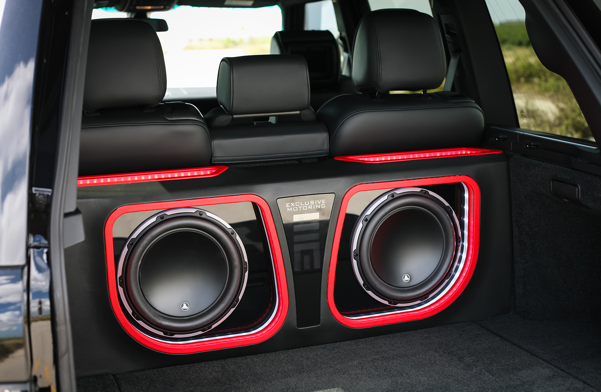 Range-Rover-2009-with-two-15-inch-JL-woofers (1).jpg
